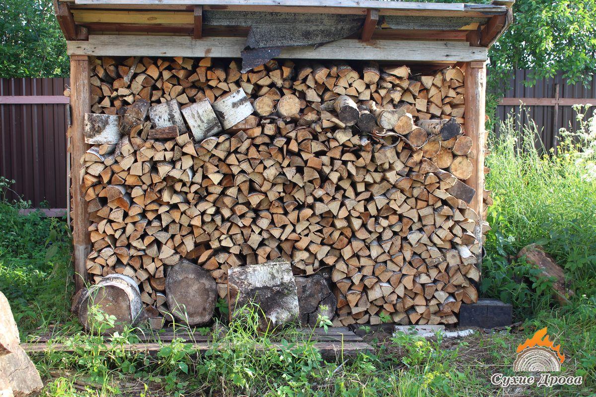 Укладка дров в дровнике
