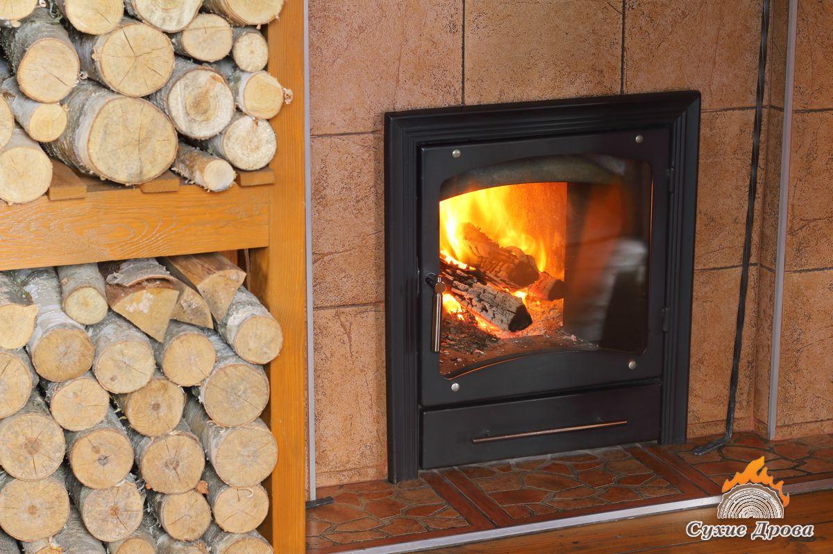 Топка печей в доме дровами