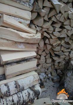 березовые дрова в поленнице