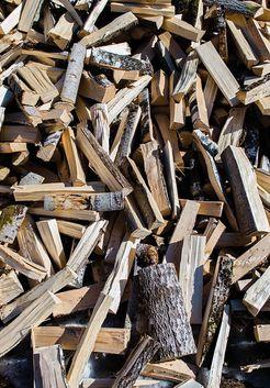 колотые ольховые дрова в куче