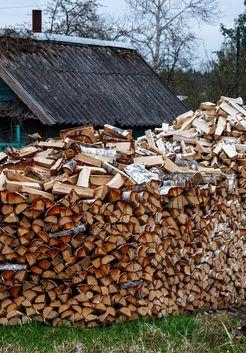 уложенные березовые колотые дрова на участке