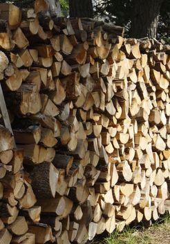 уложенные в поленницу дрова