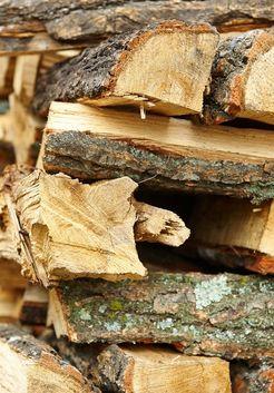 уложенные дрова из сосны