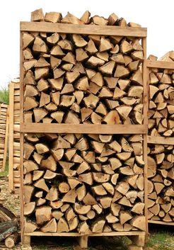 уложенные дубовые дрова
