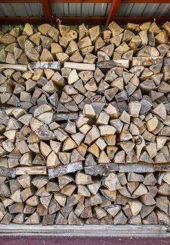 уложенные колотые березовые дрова